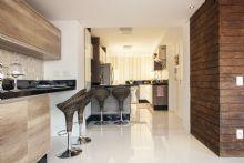 Cozinha integrada com churrasqueira.