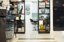 Divisória com nichos espelhados do escritório.
