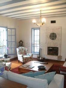 O mobiliário de antiquário traz  aconchego para essa casa de campo de inspiração toscana em Monte Verde, MG.<br>.
