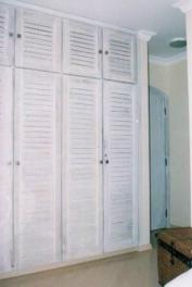 Pátina branca em armário antigo.
