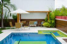 Geométrica e colorida esta piscina gera um cenário único e exclusivo.