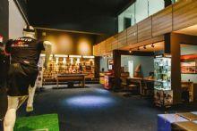 (Projeto Comercial da loja 'GPS Brasil' Goiânia-GO) – Foto: Arquivo Marcos Gouvêa<br><br>Arquitetura<br><br>'EXPERIÊNCIA DE CONSUMO'<br><br>Buscar uma boa experiência de consumo é uma necessidade crescente de marcas e<br><br>lojas. Nesta loja, iluminação e a organização foram direcionadas e ajudam a criar um<br><br>clima de consumo intimista proporcionando interação coordenada do consumidor com<br><br>os produtos expostos. Uma boa experiência de consumo certamente leva a fidelização<br><br>à marca.