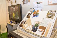 Pensado na estimulação do arquiteto, este espaço ocupa um lugar mínimo onde se tem acesso a todas as ferramentas para produção e desenvolvimento de projetos arquitetônicos, de interiores e urbanísticos.<br><br>Confortável, com obras de arte e até um mural com fotos e composições usadas em cada um dos projetos apresentados, o studio do arquiteto resume um pouco da vida de um arquiteto bem humorado e muito criativo.