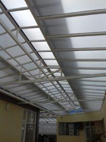 telhado de vidro leitoso com ventilação estrutura metálica